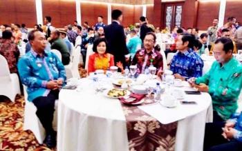 Wakil Bupati Pulang Pisau Pudjirustaty Narang (dua dari kiri) saat menghadiri pertemuan tahunan pelaku industri jasa keuangan tahun 2017 di Ballroom Swiss Belhotel Danum, Palangka Raya, Kamis (9/2/2017).