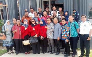 Anggota Baleg dan Komisi IV DPRD Kabupaten Kotim berfoto bersama di depan Kantor dinas Perhubungan Kabupaten Banjar, Kamis (9/2/2017)