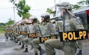 Anggota Satpol PP Kotawaringin Barat. Kepala Seksi Operasi Satpol PP Kobar, Supiansyah, di Pangkalan Bun, Jumat (10/2/2017), sebanyak 80 personel disiapkan untuk pengamanan Pilkada Kobar 2017.
