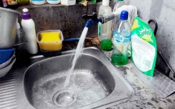 Air sumur bor di rumah warga ini tampak bersih dan bening. Warga berharap jika PDAM ingin warga berlangganan, air dari perusahaan daerah itu minimal seperti air tanah, bahkan kalau bisalebih bersih lagi.