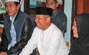 Bupati Seruyan Sudarsono (tengah) didampingi isteri Ratna Mustika saat menghadiri suatu kegiatan keagamaan di lingkungan masyarakat Kuala Pembuang.