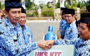 Bupati Barito Utara Nadalsyah bersama Kepala Dinas Kesehatan Robansyah saat menyerahkan UKS Kit secara simbolis kepada salah seorang kepala sekolah.