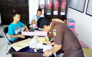 Supriadi, tersangka kasus saat diperiksa jaksa di Kejaksaan Negeri (Kejari) Kotim, Jumat (10/2/2017)