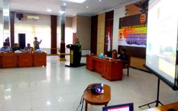 Pj Bupati Kobar Nurul Edy saat memberikan sambutan pada rakor kesiapan penanganan karhutla tahun 2017 di aula kantor Bupati, Jumat (10/2/2017). Dalam rakor tersebut, salah satu pembahasan utamanya mengenai anggaran operasional karhutla.