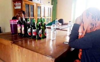 Mucikari dan PSK dari Simpang Kodok beserta sejumlah botol miras diamankan Satpol-PP Kotawaringin Barat.