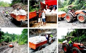 Traktor digandeng dengan gerobak yang dimaksimalkan oleh kelompok tani untuk mengangkut hasil pertanian jagung di Kecamatan Teweh Timur.