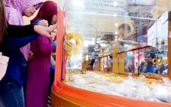 Sejumlah warga sedang memilih emas yang hendak dibelinya di toko emas Mitra Baru Sampit.