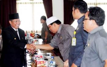Bupati Seruyan Sudarsono saat bersalaman dengan sejumlah anggota DPRD Seruyan.