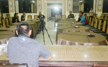Sejumlah wartawan dari berbagai media massa sudah menunggu acara konferensi pers oleh Bupati Ahmad Yantenglie malam ini.