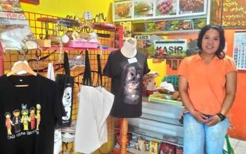 Herlina Rianty menunjukkan beberapa jenis souvenir yang diproduksi brand Kenceng Ketel. Brand ini khusus memproduksi souvenir khas Kalteng.