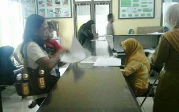 Karena blanko habis, warga diberikan surat keterangan telah merekam KTP elektronik oleh Disdukcapil Kabupaten Kotawaringin Barat.