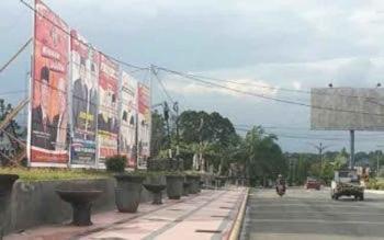 Alat peraga kampanye lima pasangan calon bupati dan wakil bupati yang terpampang depan kantor KPU Kabupaten Kotawaringin Barat.