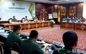 Dirjen Tanaman Pangan Kementan RI Sumardjo Gatot Irianto saat mengumpulkan Danrem dan Dandim untuk rapat kordinasi percepatan tanam padi dan jagung d kantor gubernur, Jumat (10/2/2017).