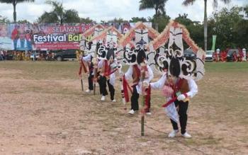 Kelompok penari dengan jenis Bukung Tingang, yang memperlihatkan atraksinya pada Festival Babukung 2016 lalu.