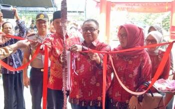 Bupati Sukamara, Ahmad Dirman memotong pita tanda diresmikannya gedung Klenteng Cakrawala Sukma di Dusun Terantang.