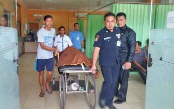 Sejumlah petugas RSUD Dr Murjani Sampit, Kabupaten Kotawaringin Timur (Kotim) membawa jenazah korban tewas Sugiono, setelah tertimpa dum truk, Sabtu (11/2/2017).