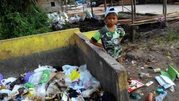 Yafensa (10) melakukan tanggung jawab yang diberi orang tuanya, membantu mencari makanan untuk ternak.