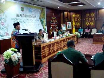 Gubernur Kalteng Sugianto Sabran saat menerima kedatanagn Dirjen TP Kementan RI di Aula Eka Hapakat. Gubernur terkesima dengan gaya Mentan memberikan tugas kepada Dirjen di bawahnya agar tidak sering ngantor.