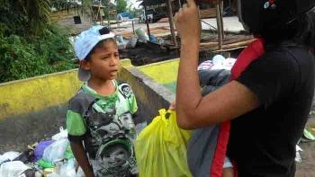 Yofensa, bocah 10 tahun yang rela membantu ibunya mencari makanan ternak di TPS.