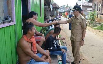 Bupati Murung Raya Perdie M Yoseph saat menyapa warga disela kunjungannya ke desa.