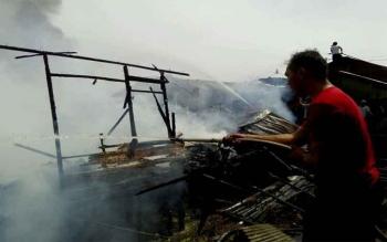 Alhamdulillah .... Petugas dan Masyarakat Berhasil Padamkan Api di Flamboyan Bawah