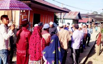 Acara Baarak untuk mengantar mempelai pria ke rumah mempelai wanita di Desa Muara Untu Kecamatan Murung, Minggu (12/2/2017).