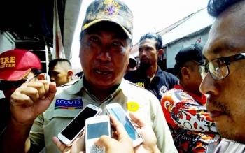 Wakil Wali Kota Palangka Raya Mofit Saptono Subagio memberikan keterangan kepada wartawan, Minggu (12/2/2017). Nampak matanya kemerahan mengingat tugas pemadam kebakaran sungguh luar biasa.