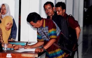 Sejumlah kades di Seruyan saat mengisi absensi kehadiran di rumah jabatan Bupati Seruyan.