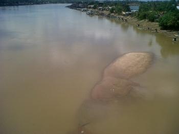 Tampak gundungan pasir di sekitar Jembatan Kasongan menandakan debit air Sungai Katingan mulai surut