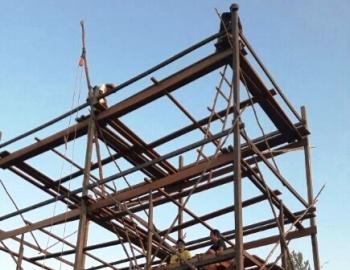Warga mendirikan bangunan sarang burung walet dengan konstruksi kayu di seputaran Jalan Soekarno-Hatta Kasongan. Warga mengeluhkan mahalnya harga kayu olahan