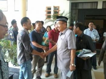 Ketua DPRD Katingan, Ignatius Mantir L Nussa menyalami tamu undangan pada rapat paripurna DPRD Katingan, Jumat (10/2/2017)