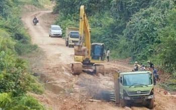 Sebuah alat berat memperrbaiki ruas jalan penghubung Seruyan Tengah-Seruyan Hulu yang mengalami kerusakan parah.