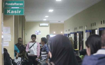 Sejumlah pasien antre di pendaftaran poliklinik Rumah Sakit Sultan Imanuddin Pangkalan Bun, Kabupaten Kotawaringin Barat.