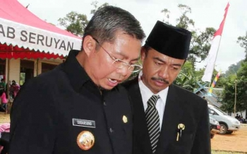 Bupati Seruyan Sudarsono bersama Wakil Bupati Seruyan Yulhaidir saat berdiskusi.