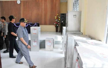 Pejabat Bupati Nurul Edy meninjau logistik Pilkada di PPK Kotawaringin Lama.