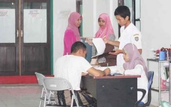 Sejumlah petugas kesehatan RSUD Kuala Pembuang tengah menerima calon pasien.