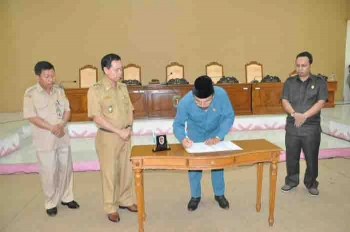 Ketua DPRD Ignatius Mantir L Nussa menandatangani surat keputusan DPRD Katingan terkait putusan pemakzulan Bupati Ahmad Yantenglie, Senin (13/2/2017).
