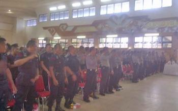 Aparat kepolisian yang melakukan pengamanan pilkada mengikuti pembekalan di Gedung Jaro Pirarahan, Buntok, Senin (13/2/2017).