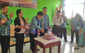 Dewan guru SMAN 3 Murung, Kabupaten Murung Raya, saat syukuran hari jadi sekolah, Senin (13/2/2017).