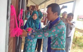Kepala SMAN 3 Murung, Kabupaten Murung Raya, Elan Bernardi, memotong pita peresmian ruang laboratorium komputer, Senin (13/2/2017).