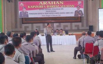 Kapolres Barsel AKBP Yussak Angga memberikan penjelasan pengamanan pilkada kepada anggota personel polisi