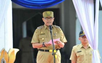 Pejabat Bupati Kobar Nurul Edy menyampaikan amanat dalam apel gabungan di Kantor Bupati setempat.