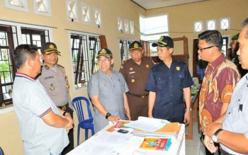 Pejabat Bupati Kobar Nurul Edy bersama unsur FKPD saat memantau kesiapan penyelenggara Pilkada di tingkat Kecamatan.