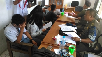 Lima pelajar diamankan petugas Satpol PP Kabupaten Gunung Mas karena kedapatan bolos saat jam pelajaran, Senin (13/2/2017).