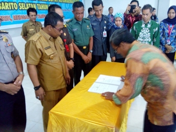 Tonny Pandiangan, selaku tim kampanye/advokasi pasangan Nurani, menandatangani pernyataan komitmen di Aula Kantor Ombudsman RI Perwakilan Kalteng, Senin (13/2/2017). Sedangkan empat paslon lainnya dari Kobar mangkir.
