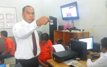 Kasubdit III AKBP Sahat Tua menunjukan barang bukti, Senin (13/2/2017)