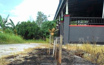Sudah mulai ada masyarakat yang membersihkan rumput di pekarangan rumah dengan cara membakar. Padahal masyarakat dilarang membakar hutan, lahan dan pekarangan selama musim kemarau.