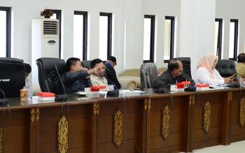 PEMBAHASAN RTRWK : Taufik Nugraha anggota Tim pansus saat menyampaikan pendapat masalah RTRWK Barito Utara, Senin (13/2/2017).