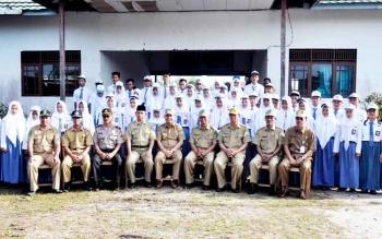 Bupati Kapuas Ben Brahim berfoto bersama guru dan siswa SMA Negeri 1 Pulau Petak, Senin (13/2/2017).