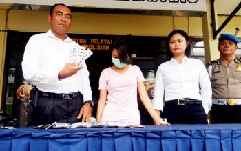 Kanit Reskrim Polsek Ketapang Ipda Romadhon bersama sejumlah anggota mengekspos hasil tangkapan terhadap pengedar zenith dengan tersangka AP, Senin (13/2/2017).